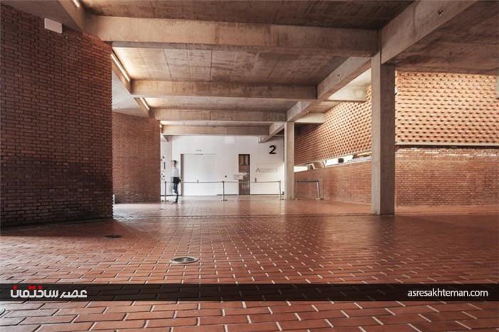 موزه هنری که تماما با آجر قرمر پوشیده شده است